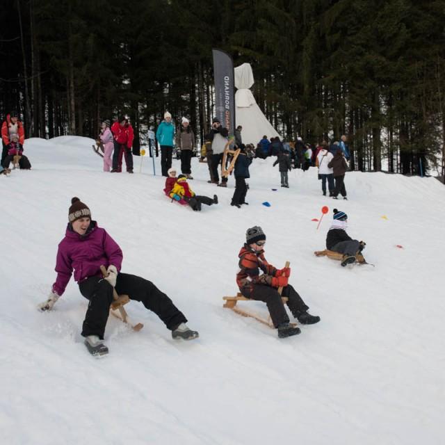 Paret lernen mit dem Verkersamt und der Skischule